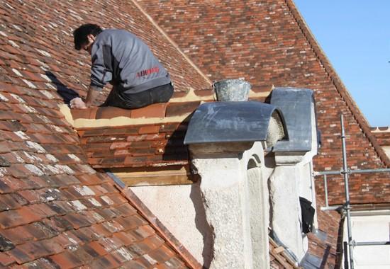 Restauration d'une lucarne en plomb et tuiles plates de Bourgogne.